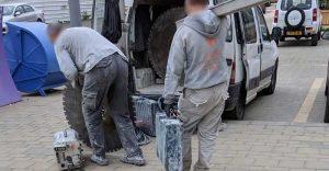 פועלים עוזבים את אשכול הגנים לאחר עבודה
