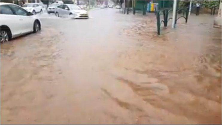 מפלס המים ברחוב אחוזה. צילום: דוד חזרתי