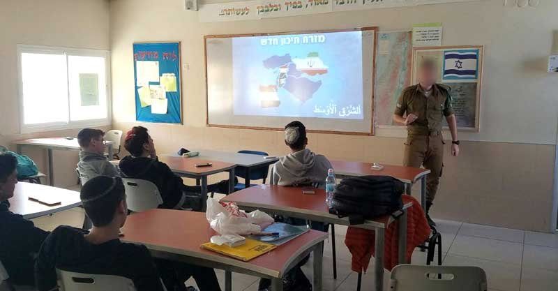 """חייל טל""""מ עם תלמידי מגמת ערבית. צילום: חברה ומשפט כפר בתיה"""