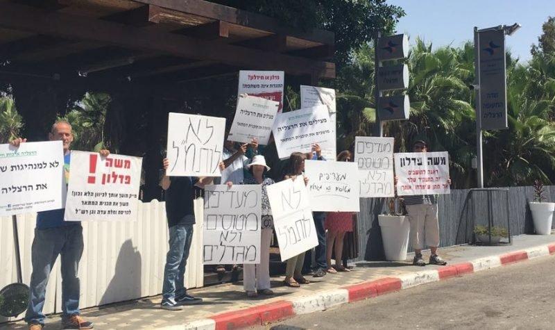 """הפגנת תושבים ביולי בכניסה לשדה התעופה נגד קידום התוכנית בותמ""""ל"""