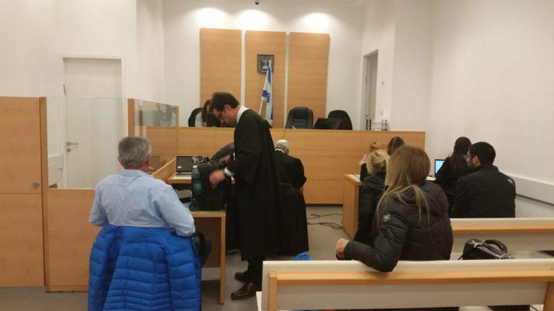 בן חמו (משמאל, עם הגב למצלמה) בדיון בבית המשפט היום
