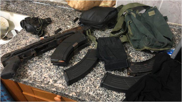 """הנשק שהוחרם בפשיטת הימ""""מ. קרדיט: דוברות המשטרה"""
