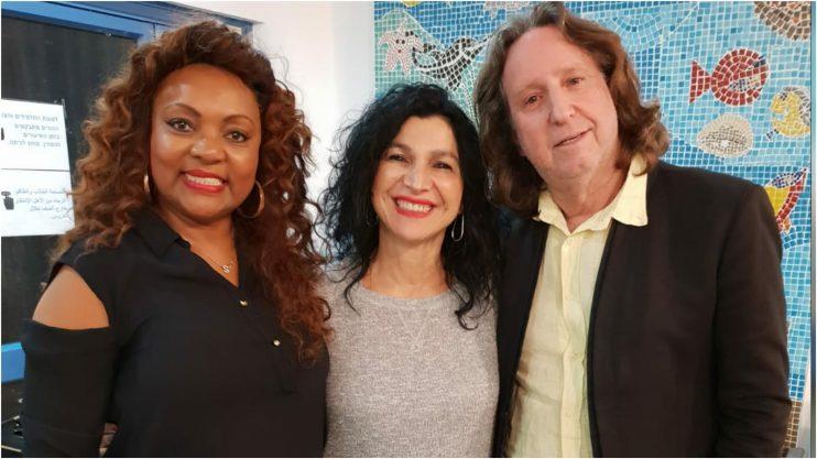 """מימין: משה ארצי מנהל להקת אנג'לס, אורלי אביסדריס, הזמרת סילביניה. צילום: דוברות ביה""""ח לוינשטיין"""
