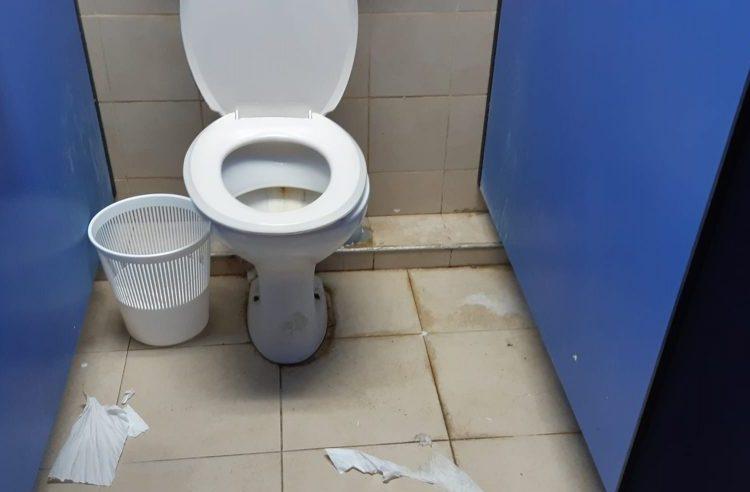 חדר שירותים באולם הספורט בברנר