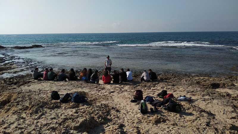 סיור של תלמידי מגמת סביבה בתיכון הראשונים בחוף פלמחים