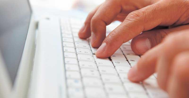 ידיים על מקלדת צילום אי.אס.אי.פי