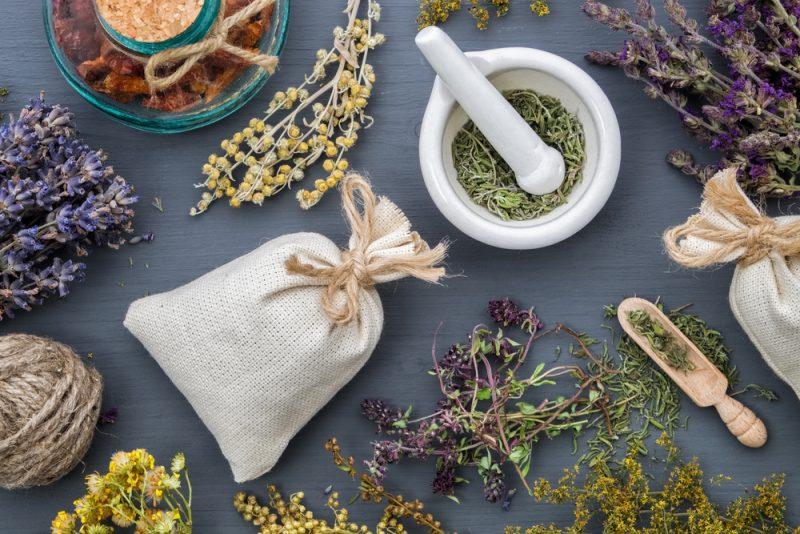 מטפלים ברפואה משלימה. תמונה ממאגר Shutterstock