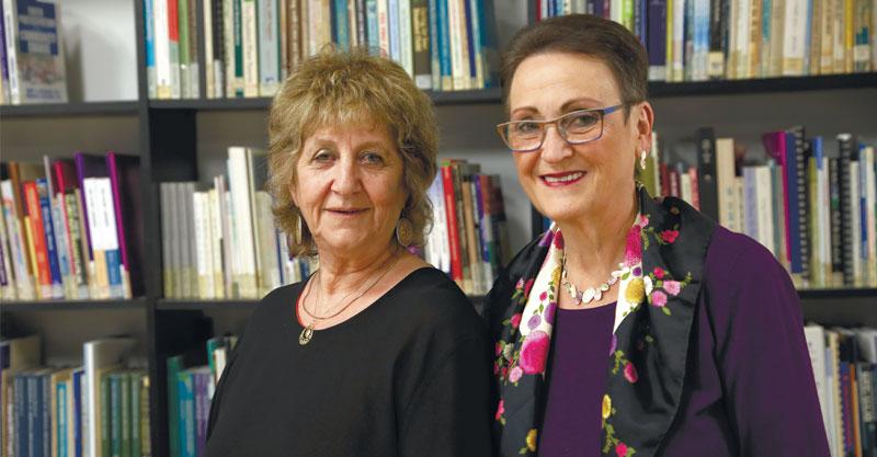 מימין: נעמי סטוצ'נקר, צביה ברומר. צילום עזרא לוי