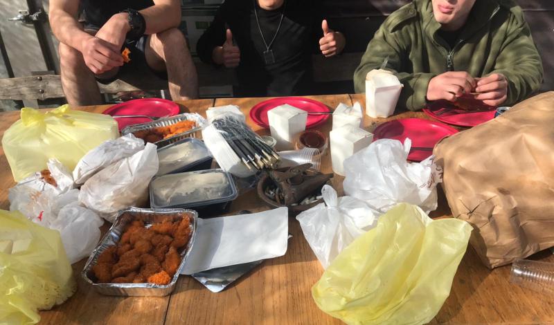 החיילים והמאכלים שקיבלו. קרדיט: רועי עוזר