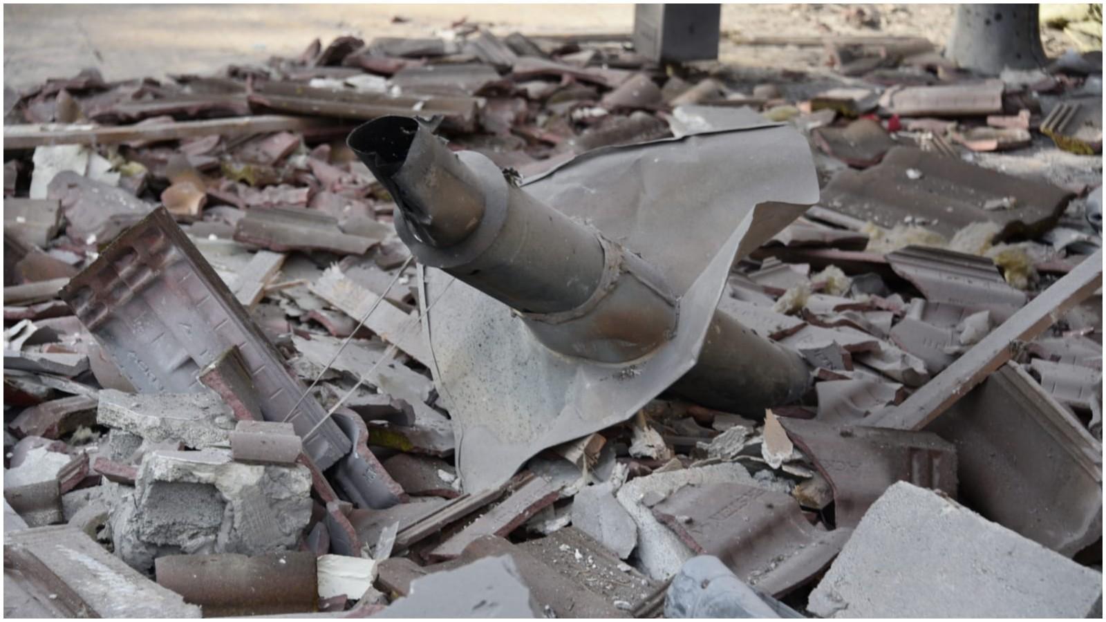 פגיעת הטיל במושב משמרת. צילום באדיבות המשטרה