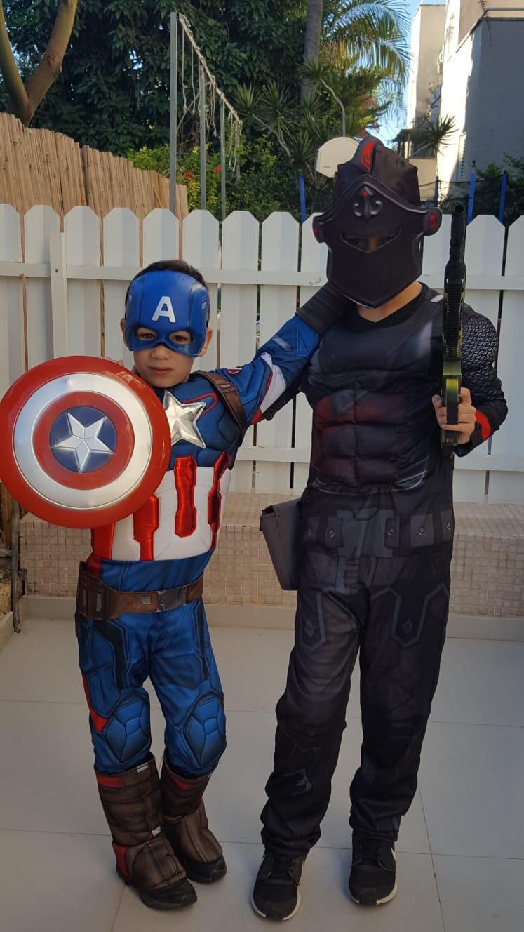"עידן חסן מגן נרקיס ודביר חסן, תלמיד כיתה ד' בביה""ס ""ברטוב"", התחפשו לקפטן אמריקה ולשחקן בפורטנייט"