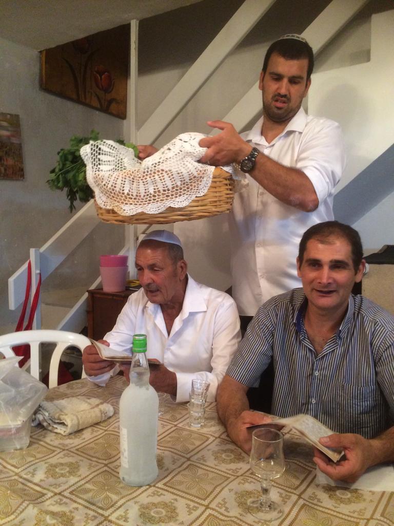 מימין שמוליק, ניסים, פנחס מנטין והבן שלו בני מנטין עם הסלסלה של פסח בפסח שנה שעברה