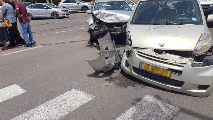 תאונה בצומת הרחובות ויצמן וקרן היסוד. צילום רונן מקובר
