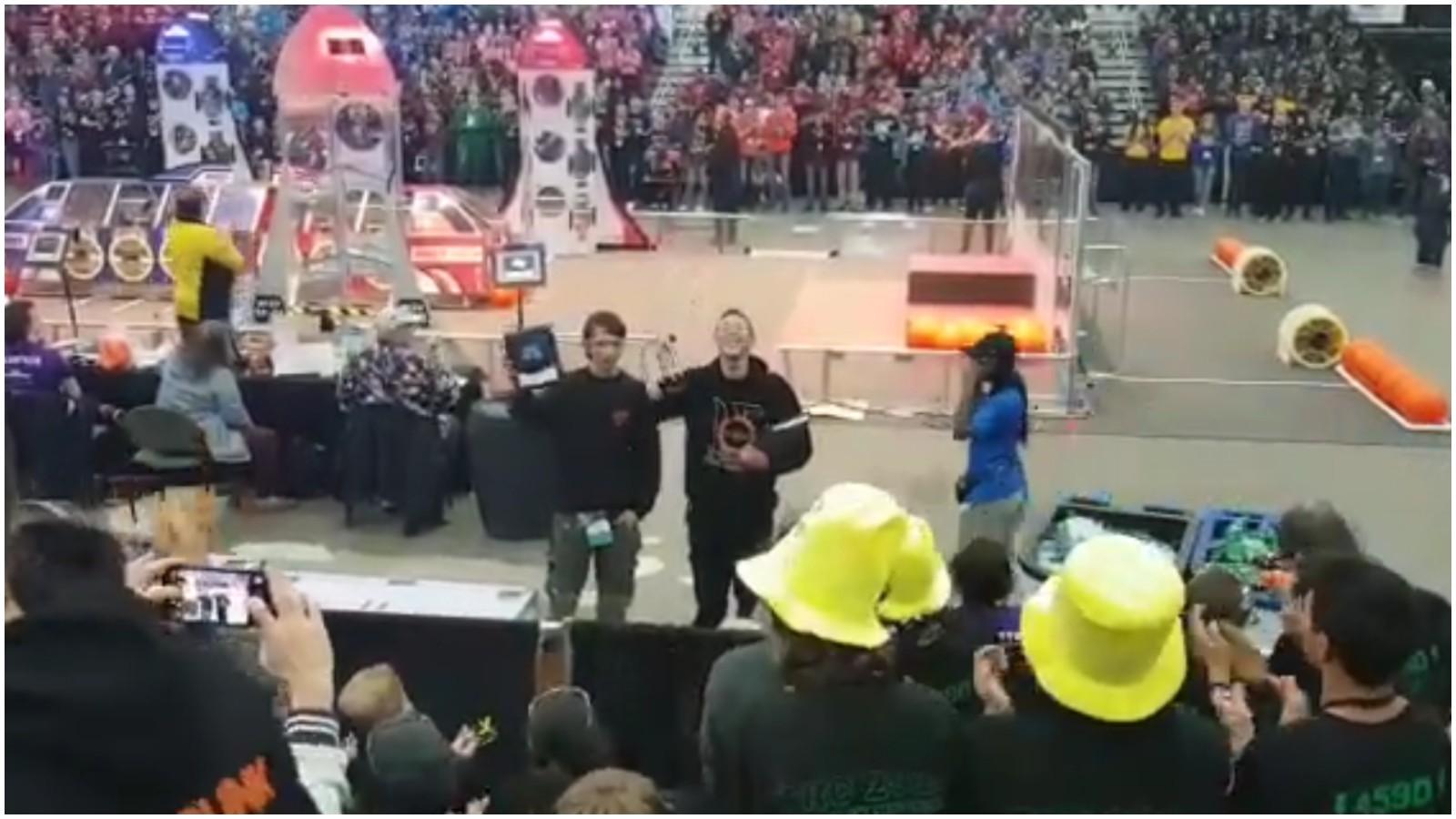 נבחרת הרובוטיקה של תיכון אביב זוכה בפרס החדשנות באליפות העולם. צילום: רם צרפתי