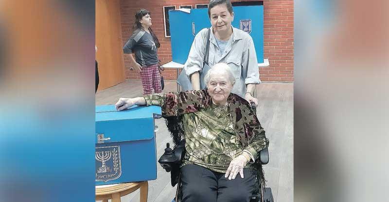 שרה טרבס מצביעה לצד בתה רנה פרידור. צילום: פאלאס רעננה
