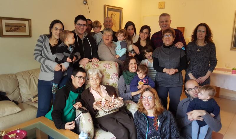 """שרה ריזנבך ז""""ל (במרכז) ביום הולדתה ה-91 לצד משפחתה. באדיבות המשפחה"""