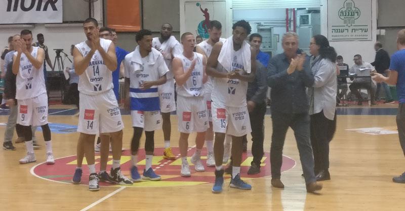 שחקני מכבי עירוני רעננה וראש העיר חיים ברוידא אחרי הניצחון