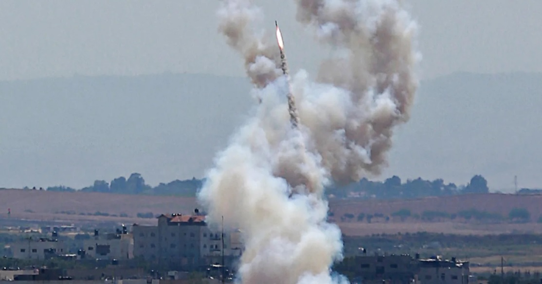 שיגור רקטה מעזה, היום. צילום: STRINGER/רויטרס