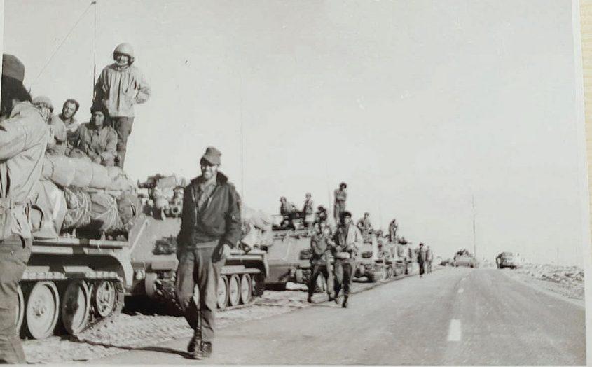 מנחם דביר במרכז התמונה צועד ליד הטנק