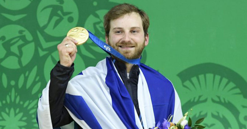 סרגיי ריכטר עם הזהב. צילום: עמית שיסל, באדיבות הוועד האולימפי בישראל