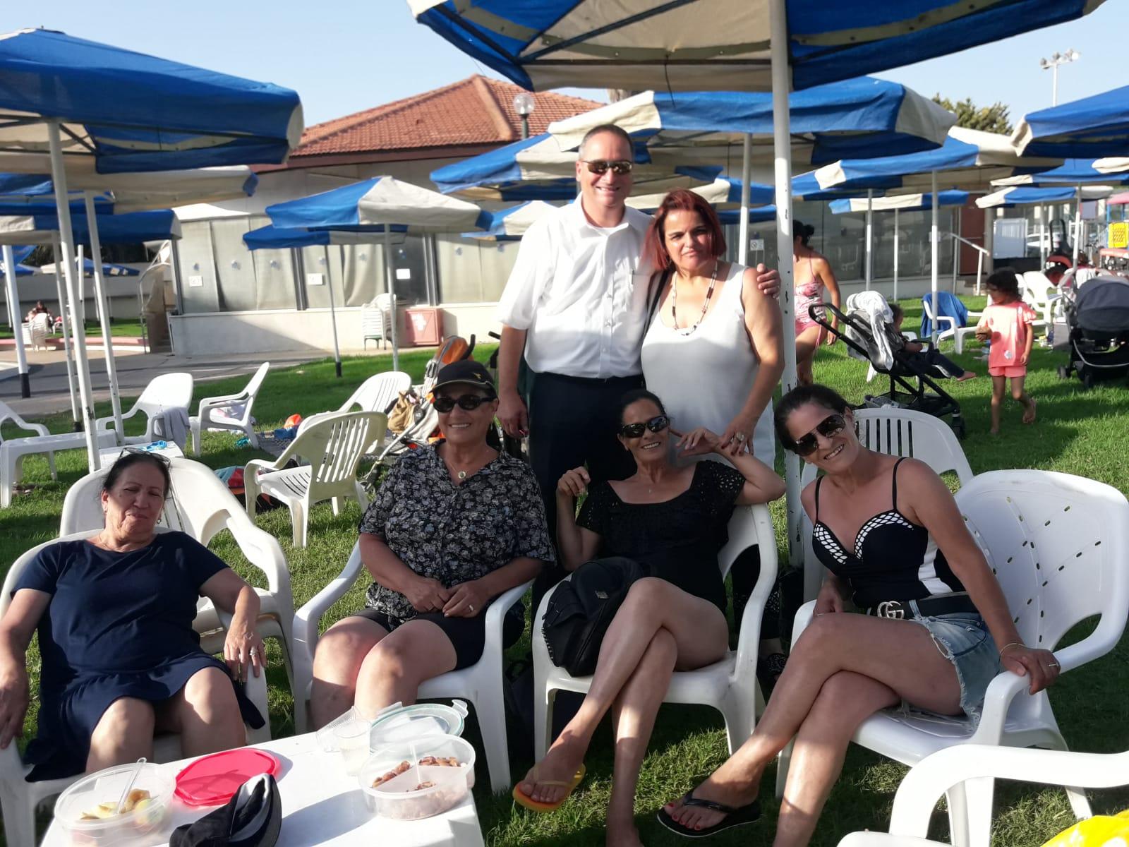 סגן ראש העיר ניר קריסטל ואורחים נוספים, במסיבת יום ההולדת של קארי פכטר