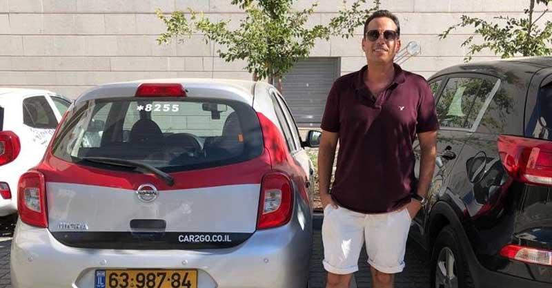 אורי ברזני עם הרכב של Car 2 Go. קרדיט: פרטי