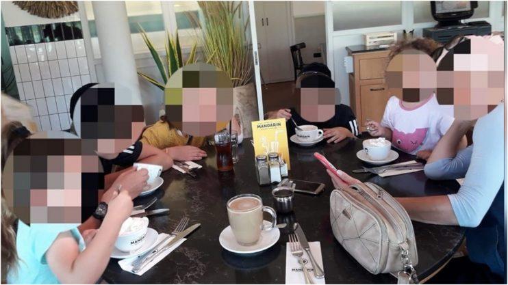 בני המשפחה סועדים במסעדת 'מנדרין' בפארק רעננה