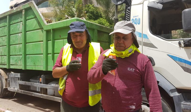 עובדי עיריית רעננה עם ארטיקים בשרב הכבד. קרדיט: עיריית רעננה