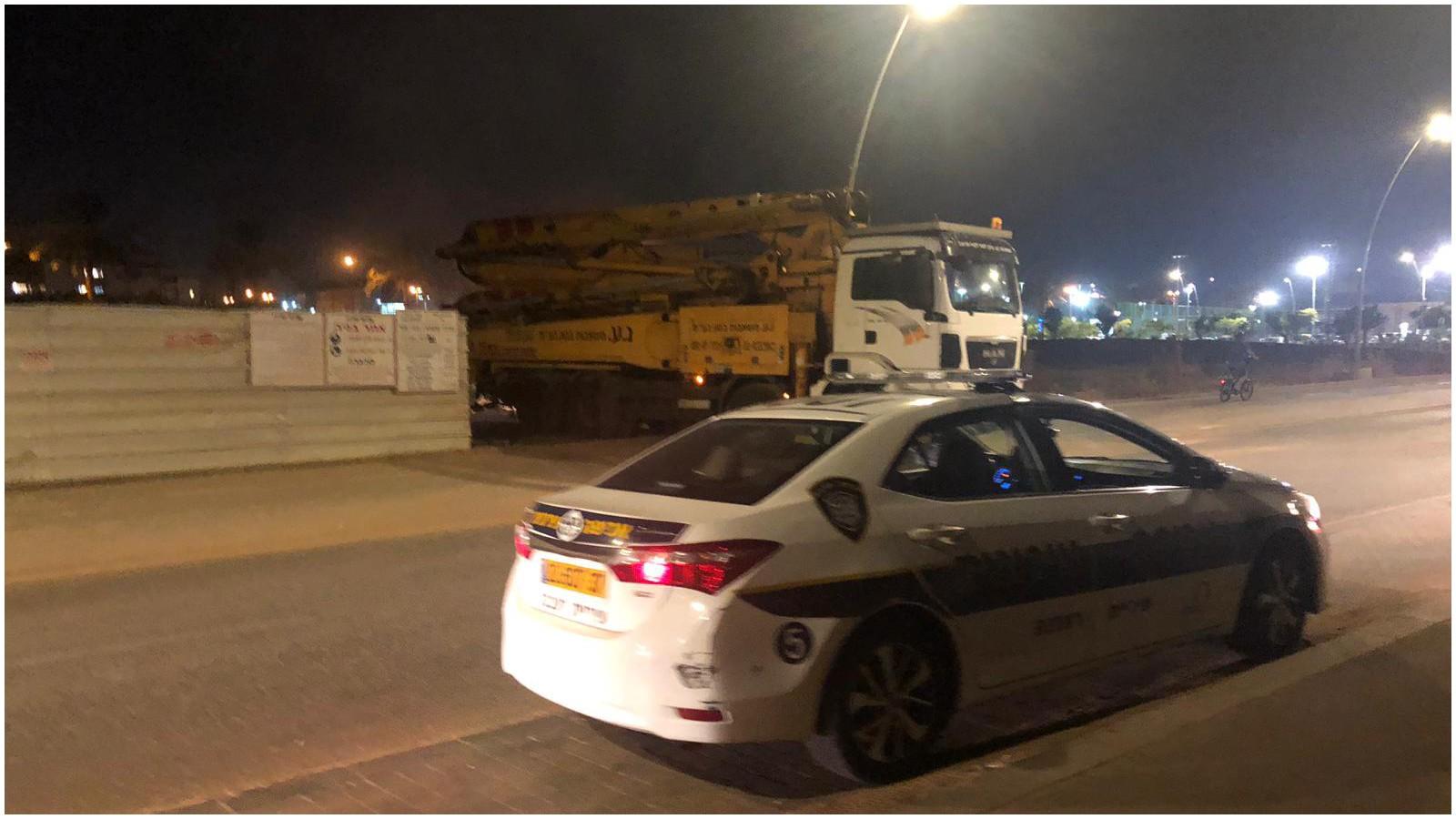 משאיות יוצאות מאתר הבנייה של המרכז המסחרי בנווה זמר.