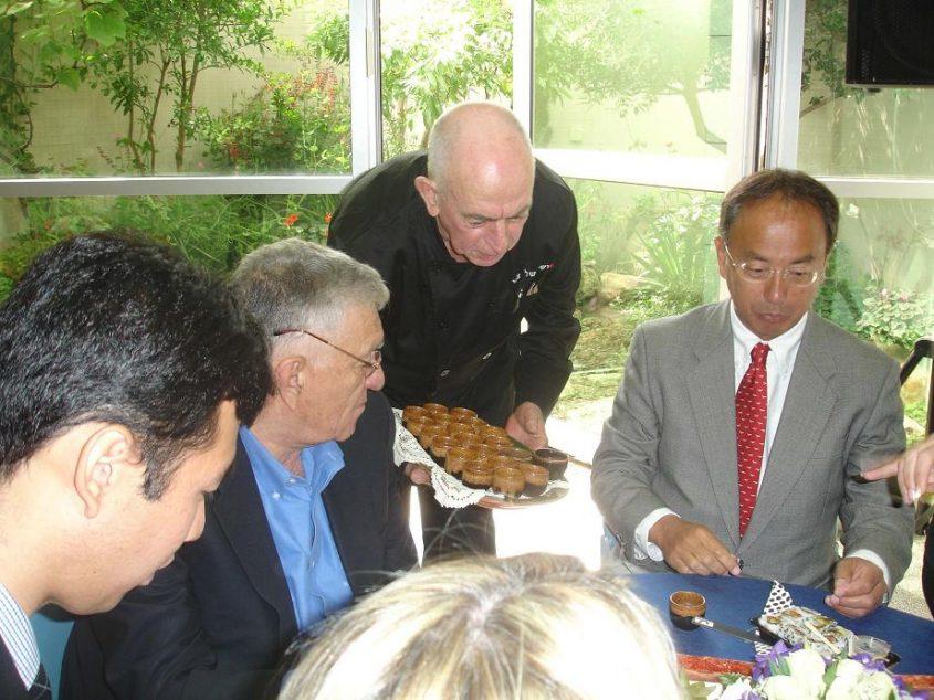 מגיש את הסושי שלי לשגריר יפן בישראל. צילום: דני כתרי