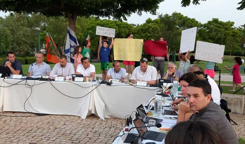 הורי וילדי גן דוכיפת מפגינים בישיבת מועצת העיר. צילום: ביקורת בונה