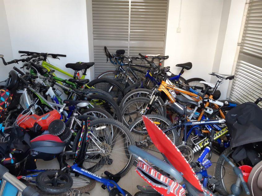 האופניים של הדיירים בחדר האשפה אליו פונו