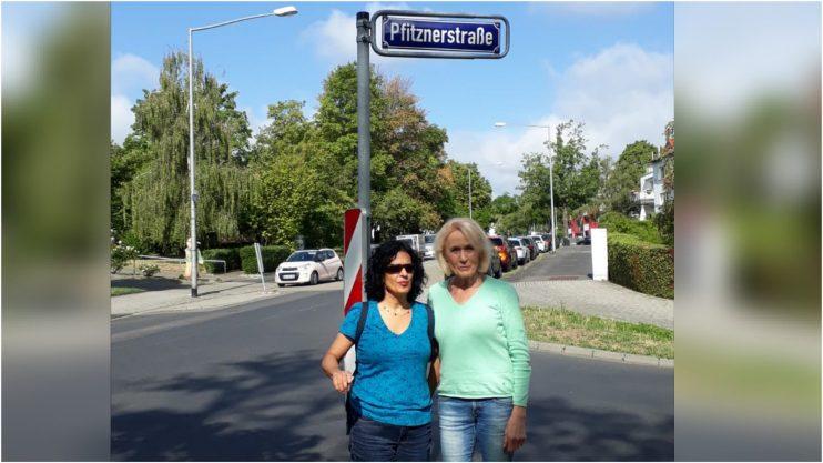 נירה שרר (משמאל) ורנאטה גריגולייט ברחוב על שם פפיצנר