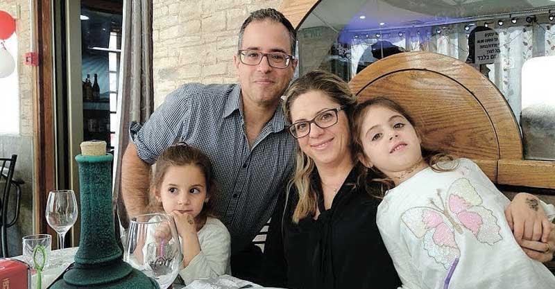 יובל עמית ואשתו יוליה עם בנותיהם אמה ודניאלה