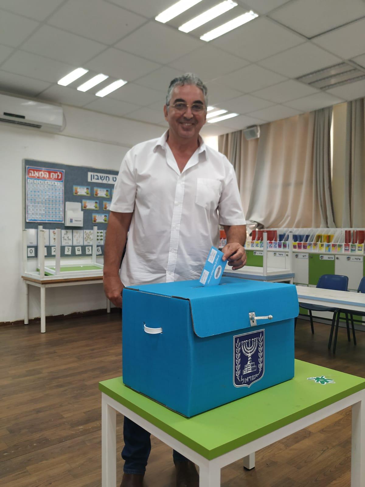 ראש עיריית רעננה, חיים ברוידא, מצביע בבחירות לכנסת ה-22. באדיבות עיריית רעננה