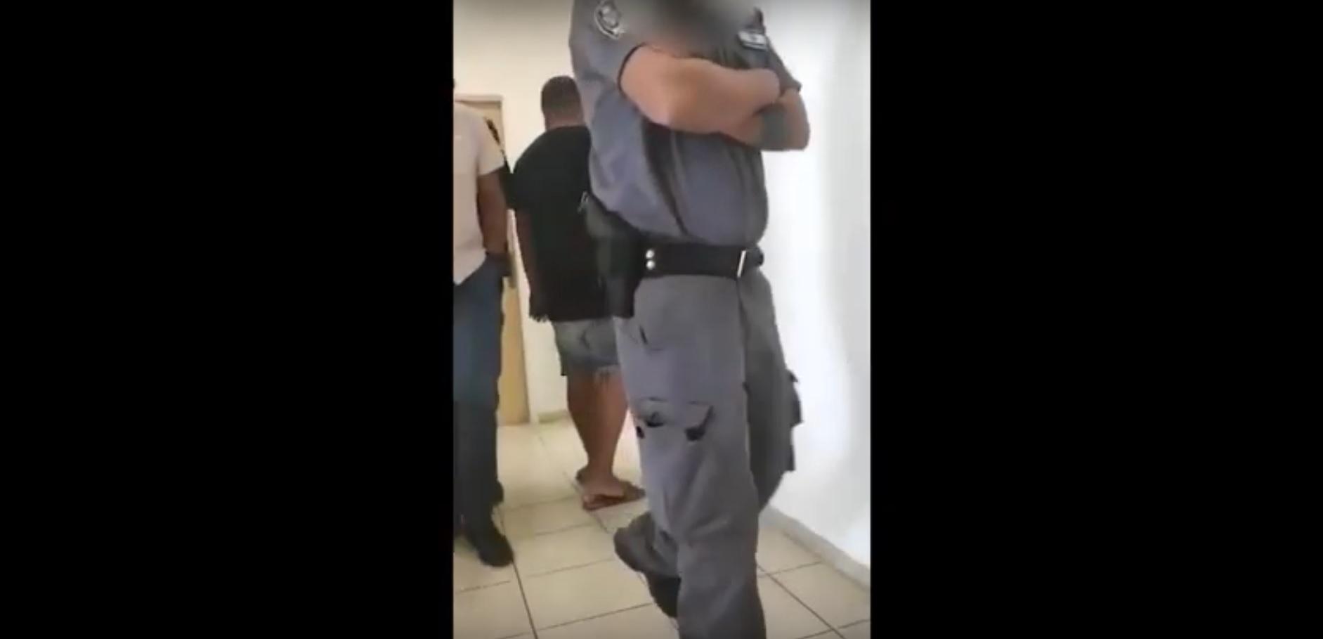 שוטרים במשרדי אגף החינוך