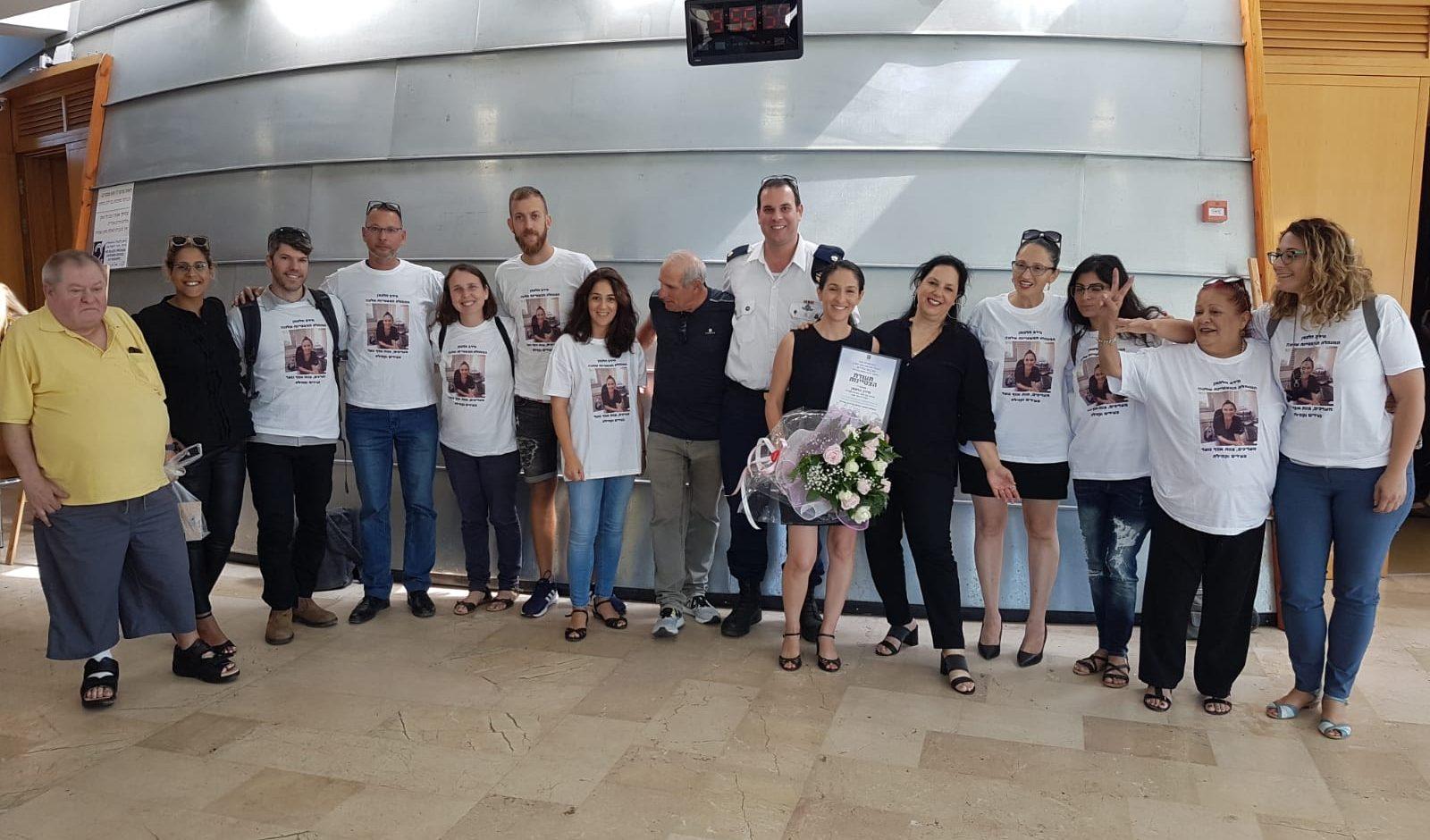 מירב הלפמן (במרכז) עם אמיר קולמן וחבריה לעבודה לאחר קבלת התעודה. צילום עיריית כפר סבא