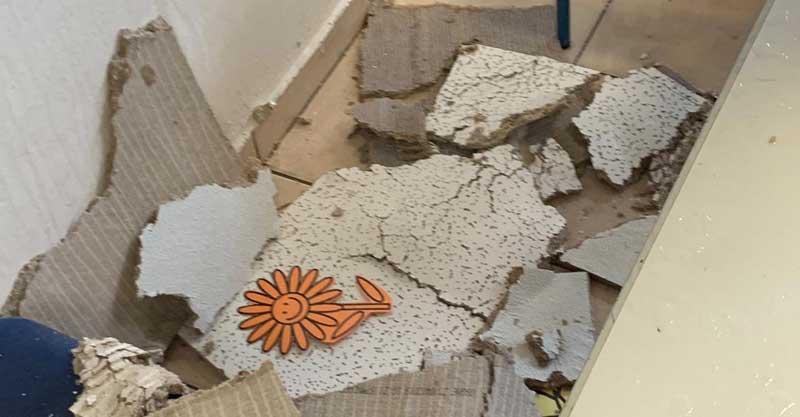 אריחים של התקרה האקוסטית שקרסו הבוקר בכיתה א' בבית הספר הנדיב