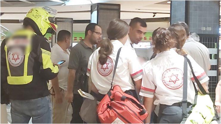 אישה נפצעה בקניון רננים. קרדיט: עינב לוי