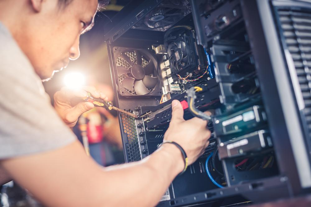 טכנאי מחשבים בשרון. (Shutterstock) צילום: Preechar Bowonkitwancha