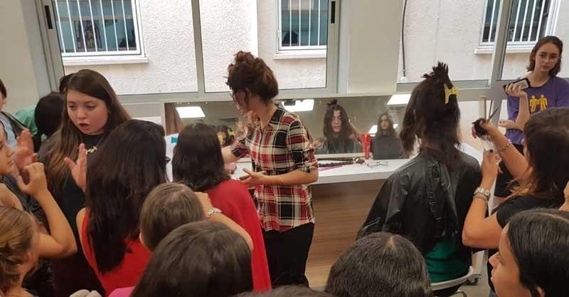 """תלמידות אמי""""ת רננים תורמות שיער לזיכרון מנחם. צילום: אמי""""ת"""