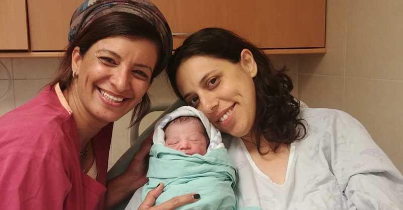 טרין פימר עם בנה והמיילדת ורד עמיר. צילום בית חולים מאיר