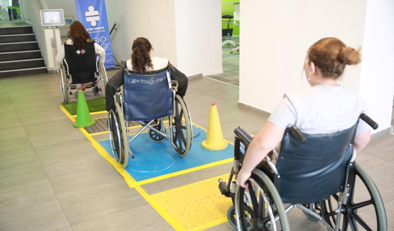 """תלמידי אמי""""ת מתנסים בכסאות גלגלים. צילום: דניאל בר און"""