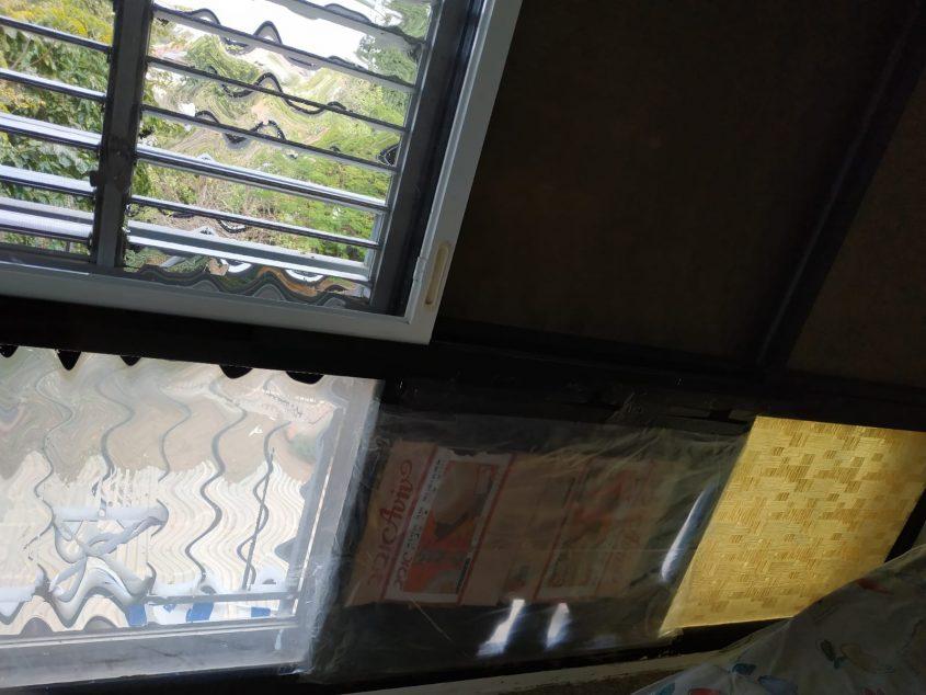 חלון שבור שהיה מכוסה בקרטון לפני תיקון חברי הסיירת. קרדיט: סיירת תיקונים רעננה