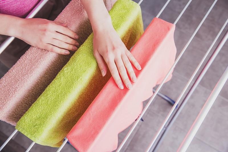 מתלה כביסה מתקפל במרכז. צילום: Cozy Home, Shutterstock