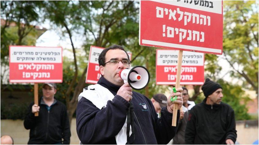 רן דה לוי במחאת העגלים מחוץ לביתו של השר בנט. קרדיט: אלעד גוטמן