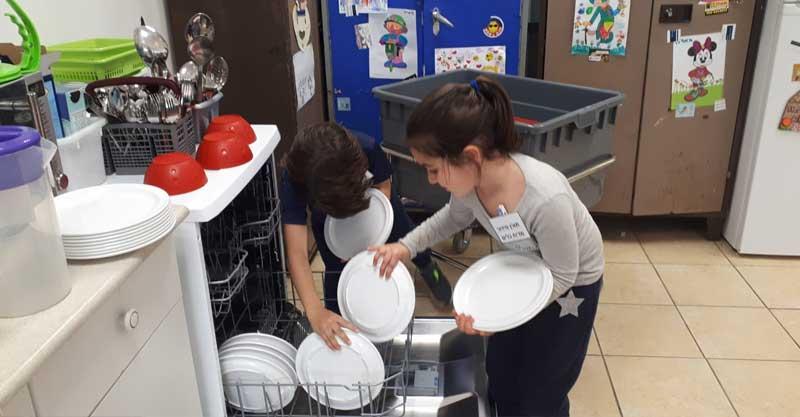 השימוש בכלים רב פעמיים בבית התלמיד בברטוב. צילום ליאת עתיר