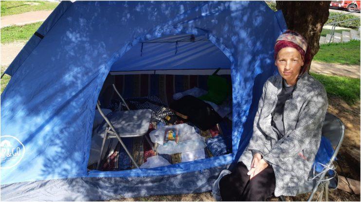 אחרי שלושה שבועות: משפחת כהן עדיין מפגינה באוהל מחוץ לבניין העירייה