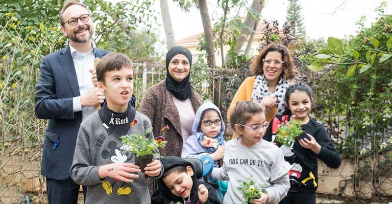 שגריר האיחוד האירופי שותל עצים יחד עם ילדי בית איזי שפירא. צילום: רוני קאופמן