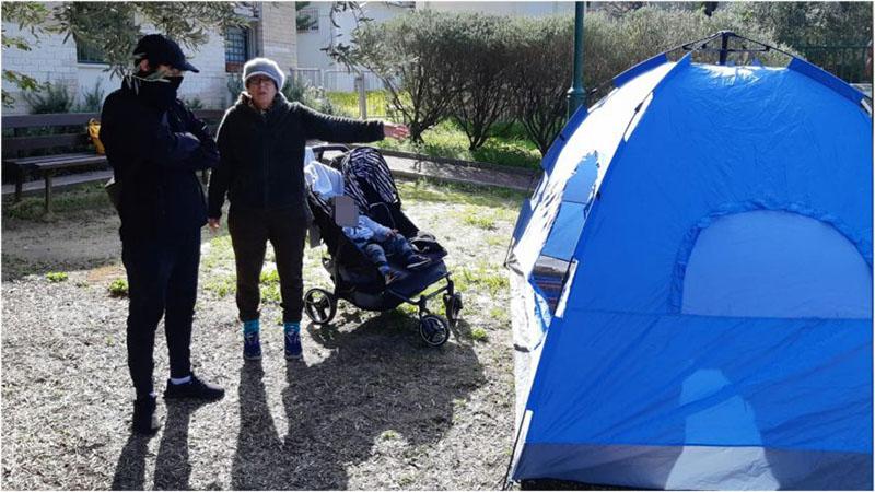 משפחת כהן באוהל מחוץ לבניין העירייה